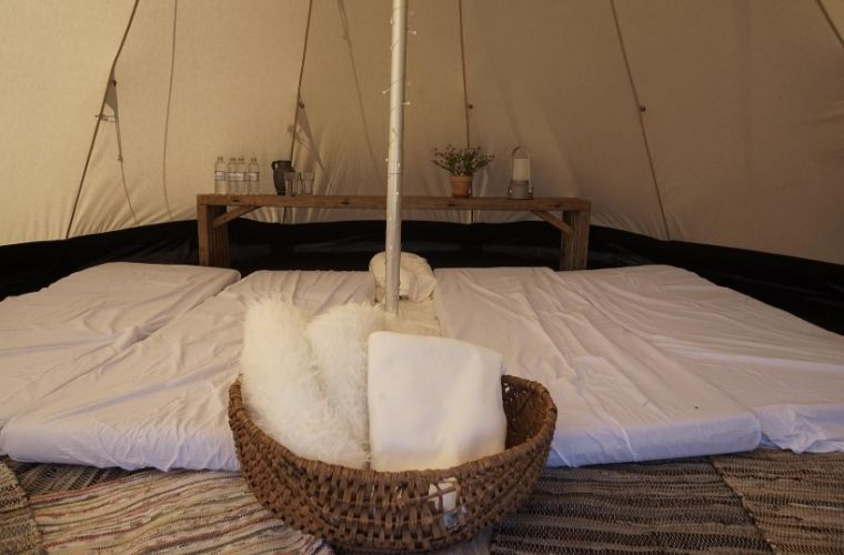 Sov i telt kabinen